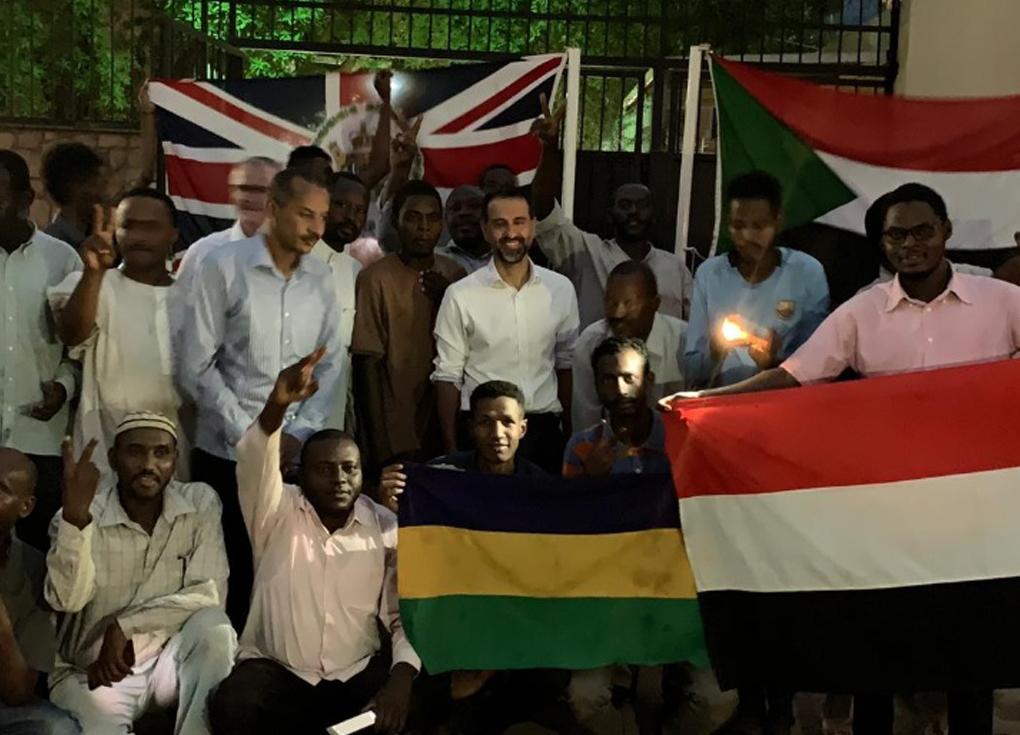 سفير بريطانيا يصلي إماما بالمصلين في السودان - شاهد