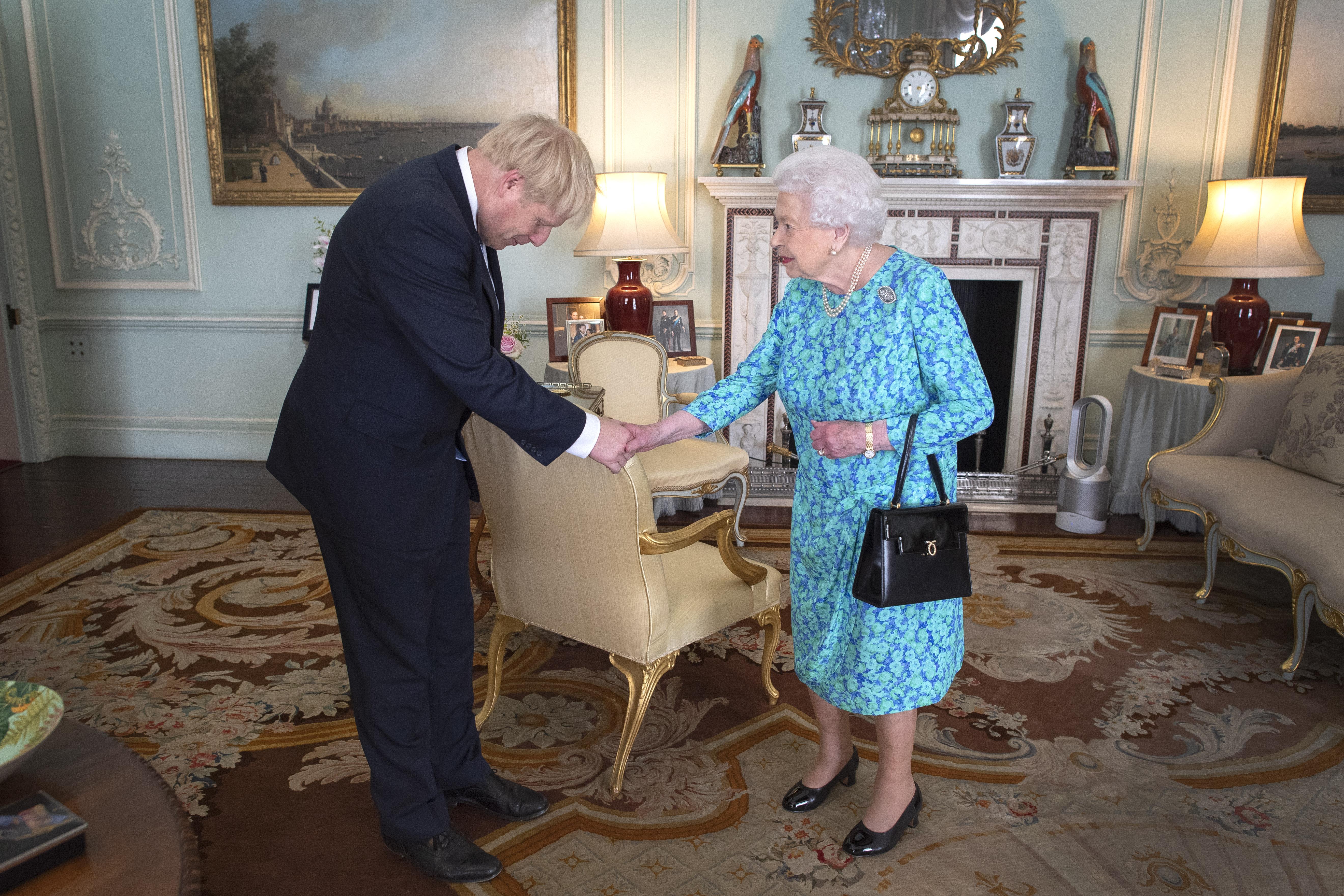 هل تملك الملكة صلاحية إقالة بوريس جونسون؟