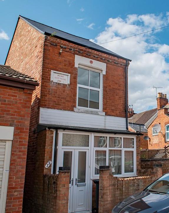 بالصور: أصغر منزل في بريطانيا معروض للبيع.. وهذا سعره
