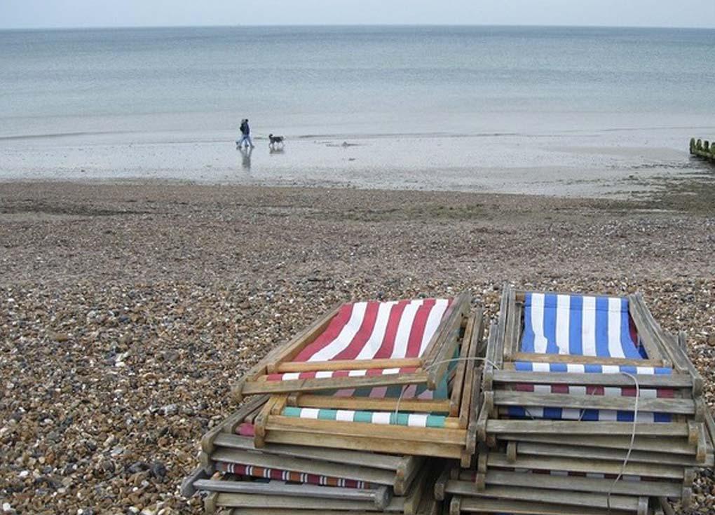 أعراض غريبة للمصطافين على أحد شواطئ بريطانيا