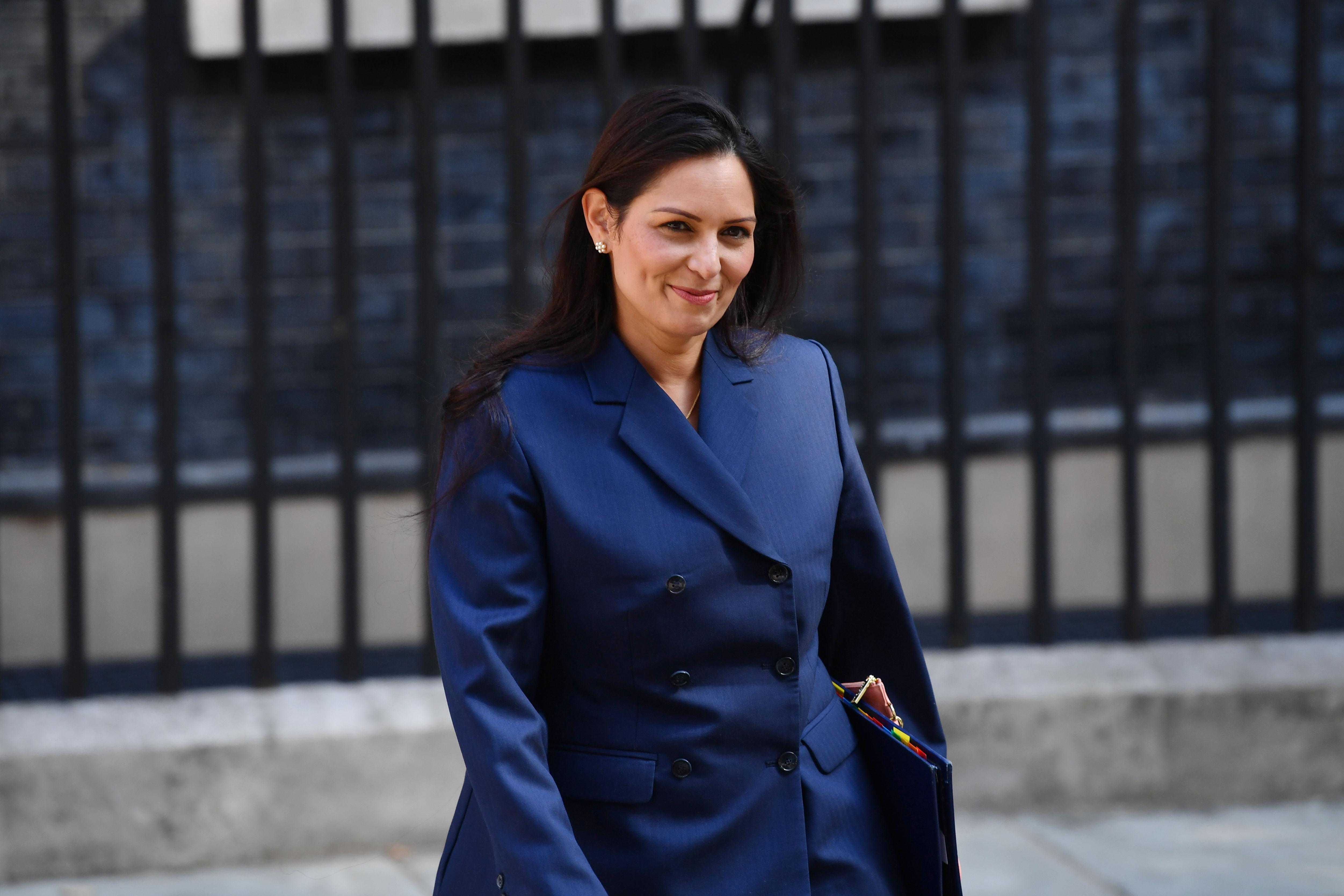 بريتي باتيل .. وزيرة الداخلية الصديقة لإسرائيل والمناهضة للمهاجرين