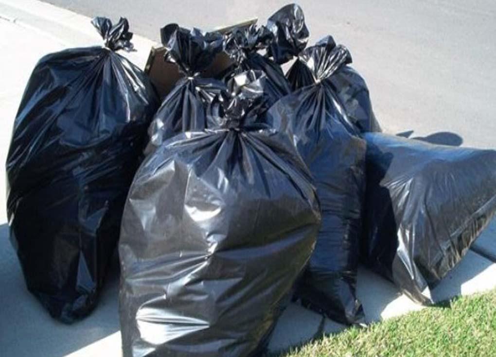 اعتقال امرأة لاستخدامها الألوان الخاطئة لأكياس القمامة