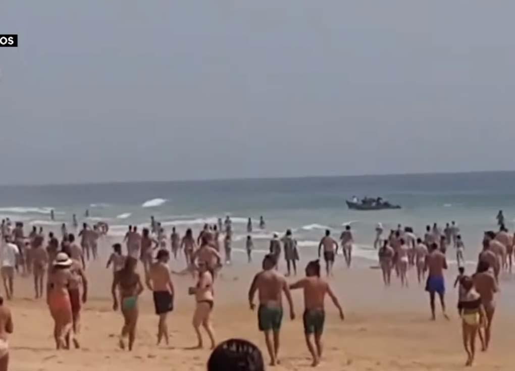 بالفيديو.. مهاجرون مغاربة يصلون أحد شواطئ إسبانيا أمام آلاف السياح