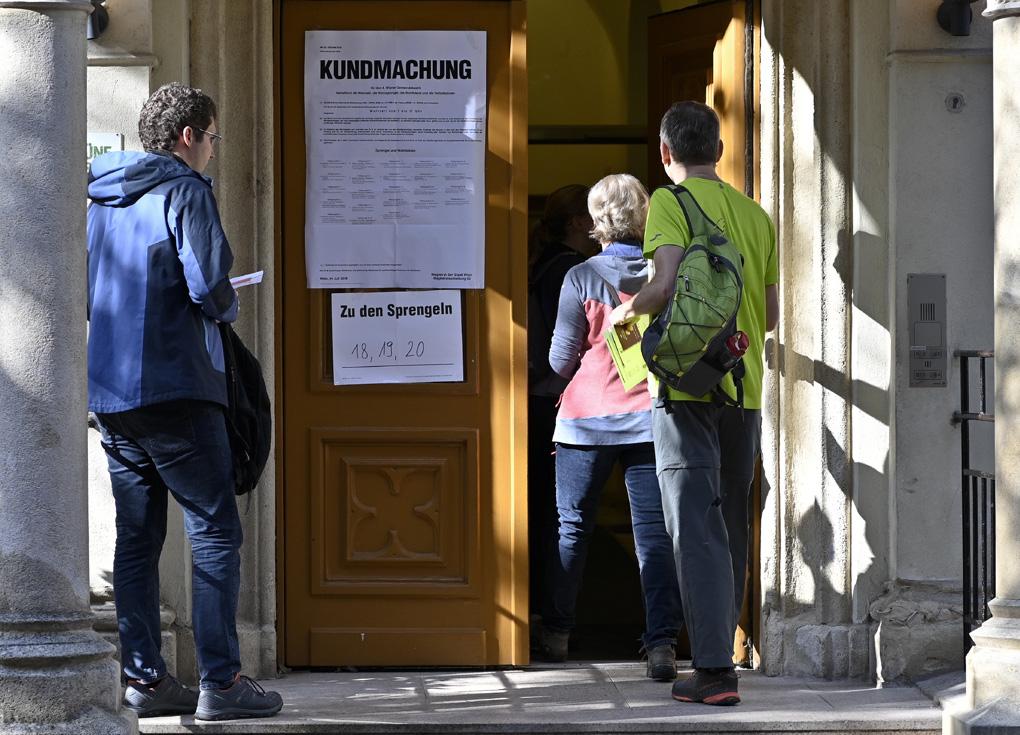 الناخبون في النمسا يدلون بأصواتهم بانتخابات عامة