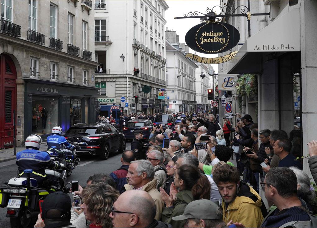 تكريم شعبي لشيراك في فرنسا بعد الجنازة الرسمية