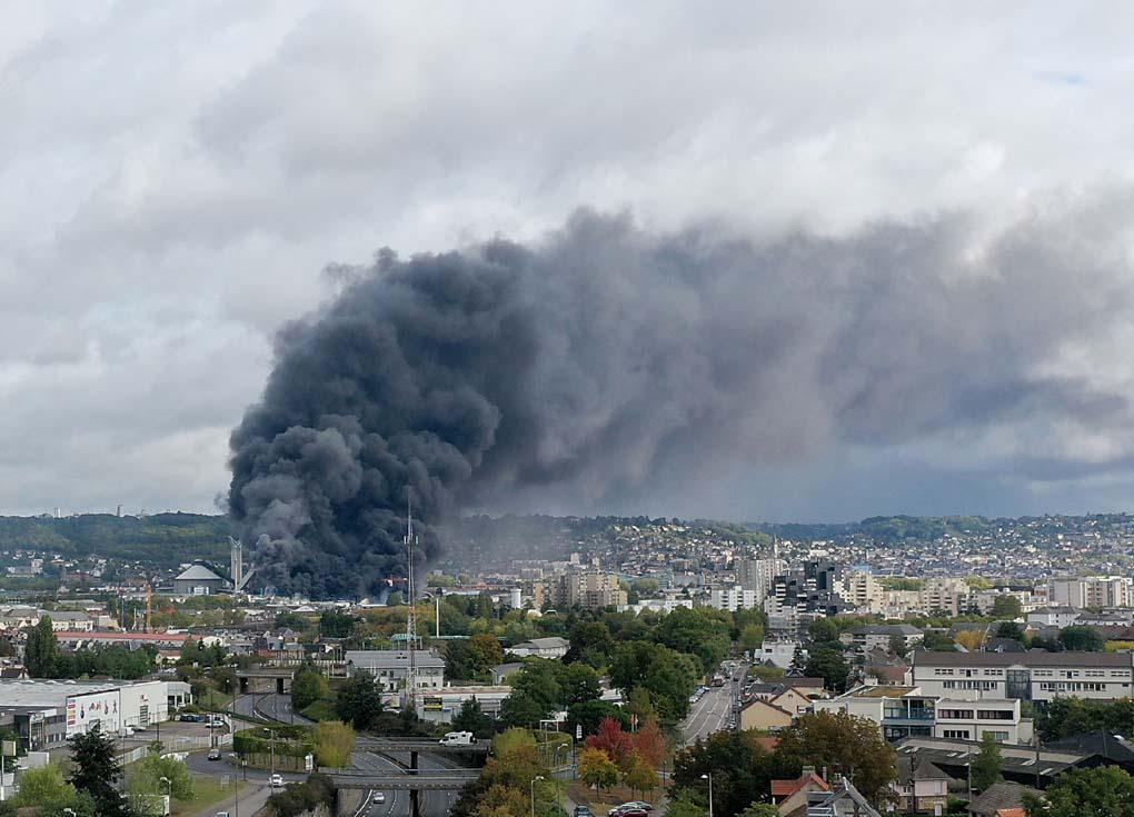 حريق كيماوي كبير في فرنسا.. والسلطات تحذر من تلوث نهر السين