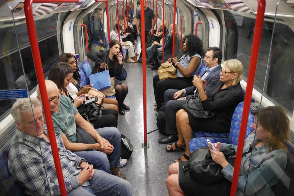 البريطانيون يقيسون الزمن والمسافة بعمر بطاريات هواتفهم!!