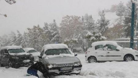بريطانيا.. فرق لإنقاذ العالقين إثر العواصف والثلوج