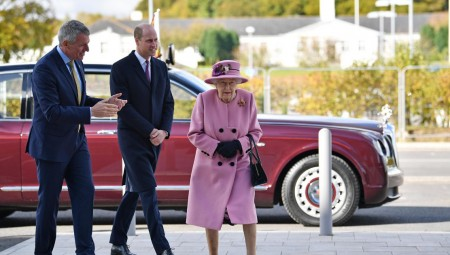 الملكة إليزابيث تخرج للمرة الأولى منذ 7 أشهر وتتفقد مختبرا عسكريا