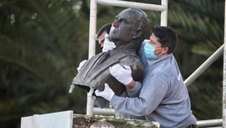 بدء إزالة تماثيل ملك إسبانيا السابق خوان كارلوس من شوارع إسبانيا