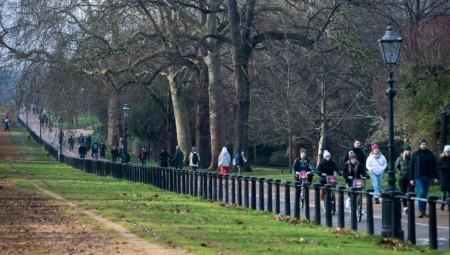 رغم تحذيرات الحكومة: مئات البريطانيين يرتادون الحدائق العامة خلال عطلة نهاية الأسبوع
