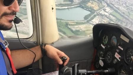 طيار عربي يُحلق في سماء بريطانيا ويتيح للسائح العربي تجربة قيادة الطائرة