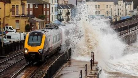 عاصفة دينيس.. فيضانات واضطرابات في حركة النقل ببريطانيا