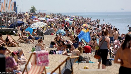 البريطانيون يستهترون بخطورة كورونا.. و الآلاف على الشواطئ