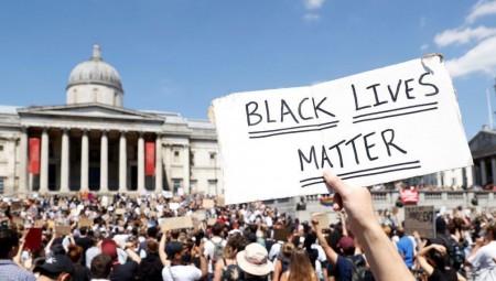 احتجاجات أمام السفارة الأمريكية في لندن تأييداً لقضية فلويد