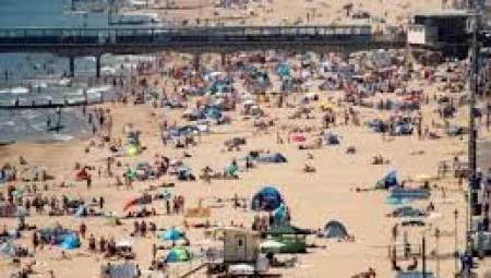 شواطئ انجلترا تعج بالناس والحكومة تحذر