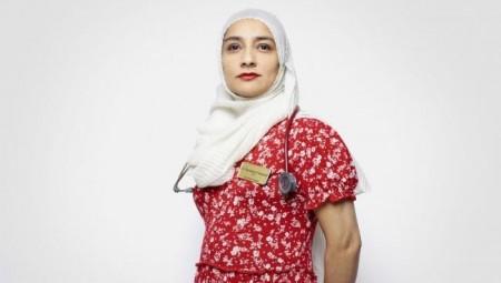 تكريم طبيبة مسلمة في بريطانيا بتعليق صورتها في لندن