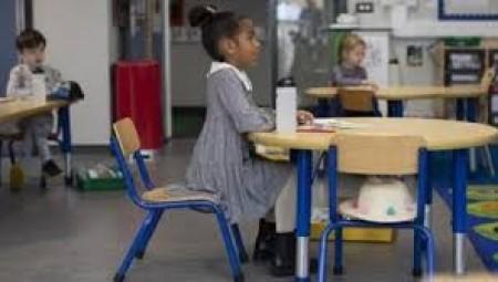 ملايين الطلاب يعودون للفصول الدراسية اليوم وبوريس جونسون يؤكد فرض غرامات على من يتغيب
