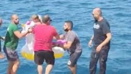 السلطات اليونانية تنقذ طفلة جرفتها الأمواج لعرض البحر
