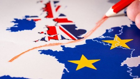 الاتحاد الأوروبي يدعو بريطانيا لحل توافقي بشأن علاقاتهما التجارية