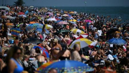 بريطانيا.. حشود تغزو الشواطئ في خضم أزمة كورونا