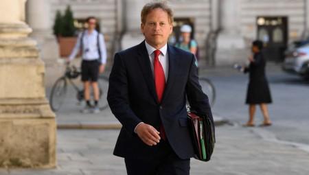 وزير بريطاني كان يقضي عطلة بإسبانيا يفاجأ بقرار لندن عزل القادمين منها صحيا