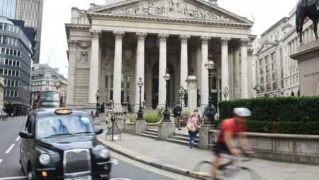 بورصة لندن تواصل التراجع وتخسر أكثر من 3%