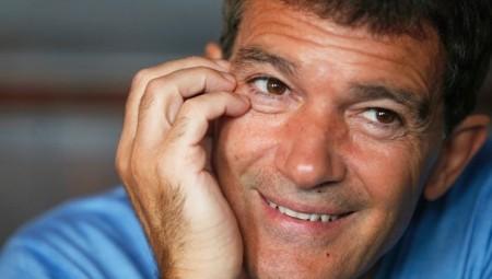 أنطونيو بانديراس: أخبركم في ذكرى ميلادي الـ60 بإصباتي بفيروس كورونا
