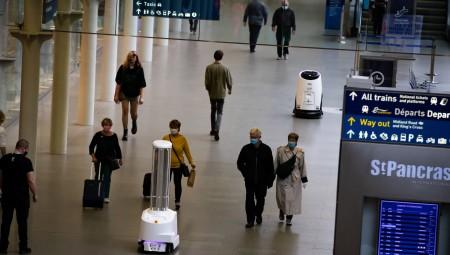 روبوتات تطلق الأشعة فوق البنفسجية في محطة لندنية لمحاربة كورونا