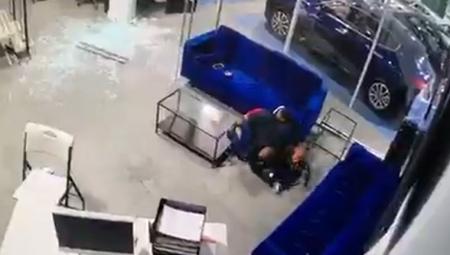 فيديو يوثق لحظة صد أب الرصاص بجسده عن أطفاله