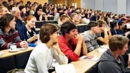 طلاب الجامعات البريطانية يطالبون باسترداد الرسوم الدراسية