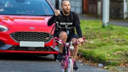 بريطانى يسافر مئات الأميال على دراجة طفلته الصغيرة.. تعرف على السبب