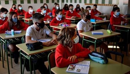 بريطانيا.. تفشي كورونا في عشرات المدارس بعد أسبوع من بدء الدراسة