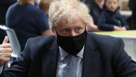جونسون يعزو انتشار كورونا في بلاده إلى تعلق البريطانيين بالحرية