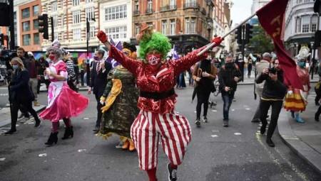 لندن.. فنانون يتظاهرون للتنبيه إلى تدهور القطاع الثقافي