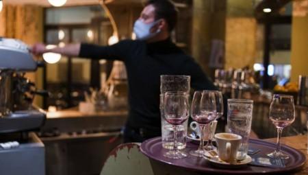 باريس تستعد لإغلاق الحانات لوقف انتشار كورونا
