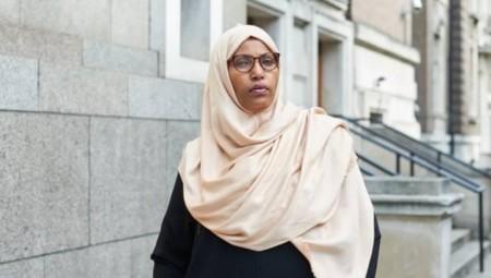 استقالة أول عمدة بلدية مسلمة في بريطانيا بسبب العنصرية