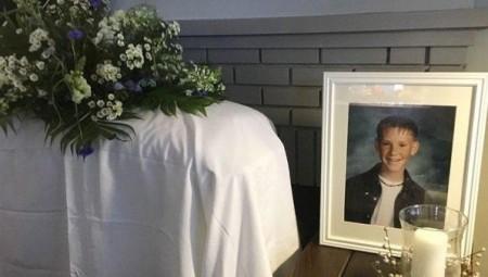 زوجة تقيم جنازة للاحتفال بعيد ميلاد زوجها