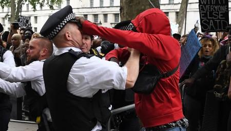 لندن.. إصابة 15 شخصا خلال مصادمات بين متظاهرين ضد العنصرية وقوات الشرطة