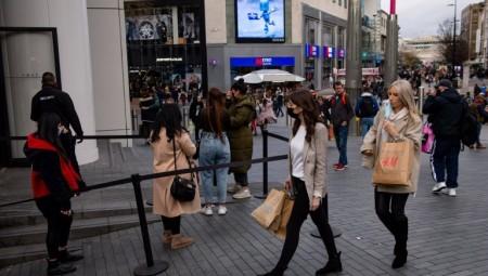 متاجر لندن تعج بالمتسوقين على الرغم من التحذيرات من ارتفاع معدلات الإصابة بكوفيد-١٩