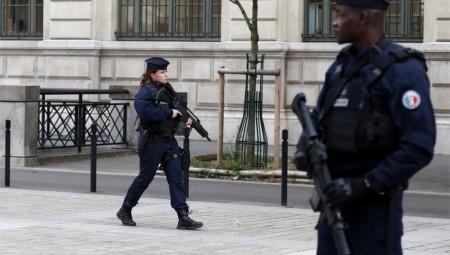 فرنسا.. شرطي يردي بالرصاص رجلا هدده بواسطة سكين في باريس