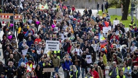 الألمان يتظاهرون ضد تدابير احتواء الجائحة