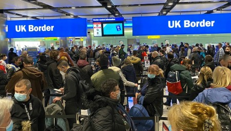 مسؤول في مطار هيثرو: فترات انتظار المسافرين تصل إلى 6 ساعات والوضع لم يعد محتملا