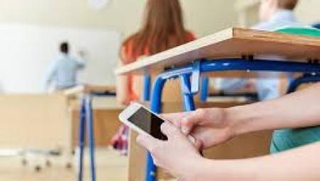 بعد انتشار شهادات حول تعرض بعض الطلاب للتحرش في المدارس.. سياسة جديدة تمنع استخدام الهاتف النقال أثناء الدوام المدرسي