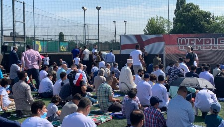 الجالية المسلمة في بريطانيا تقيم صلاة عيد الأضحى المبارك
