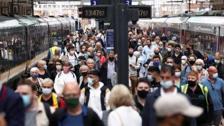95 %من البالغين في بريطانيا ما زالوا يرتدون الكمامات حتى بعد يوم الحرية