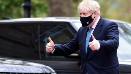 بريطانيا تخفض مستوى خطر وباء كورونا إلى المستوى الثالث