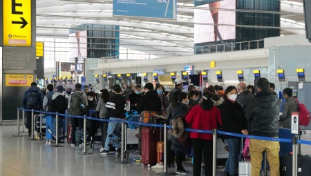 مطار هيثرو: طوابير طويلة بسبب تفشي كوفيد-19 بين موظفي الحدود