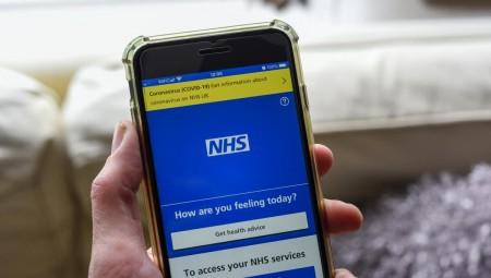 مشكلة تقنية في تطبيق NHS تتسبب في حجر آلاف المواطنين بسبب إشعارات خاطئة