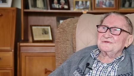 هل للعبة الغولف علاقة بطول العمر؟ بريطاني يبلغ 100 عام يجيب عن السؤال